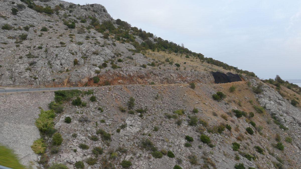 Straße an der Felsküste.