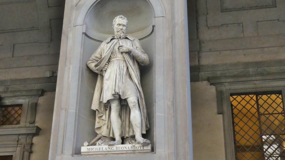 Statue des Michelangelo in einer Mauernische vor den Uffizien.