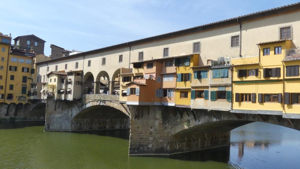 Brücke Ponte Vecchio mit Häusern darauf gebaut.