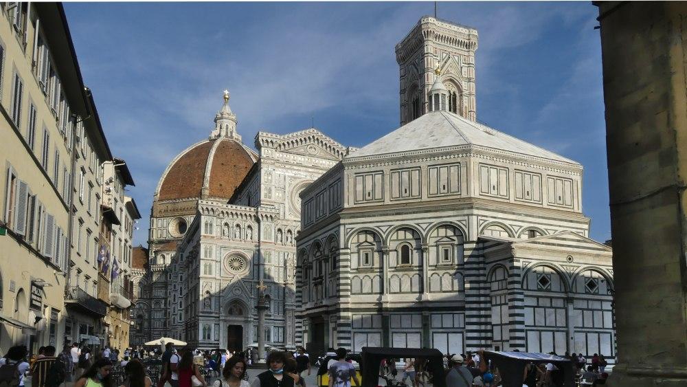 Das achteckige Baptisterium vor dem Dom von Florenz.