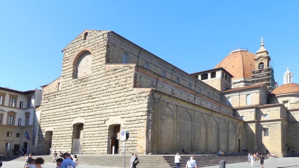 Kirche mit einfacher Sandsteinfassade.