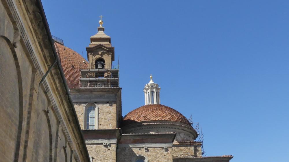 Kuppeln von San Lorenzo vor blauem Himmel.