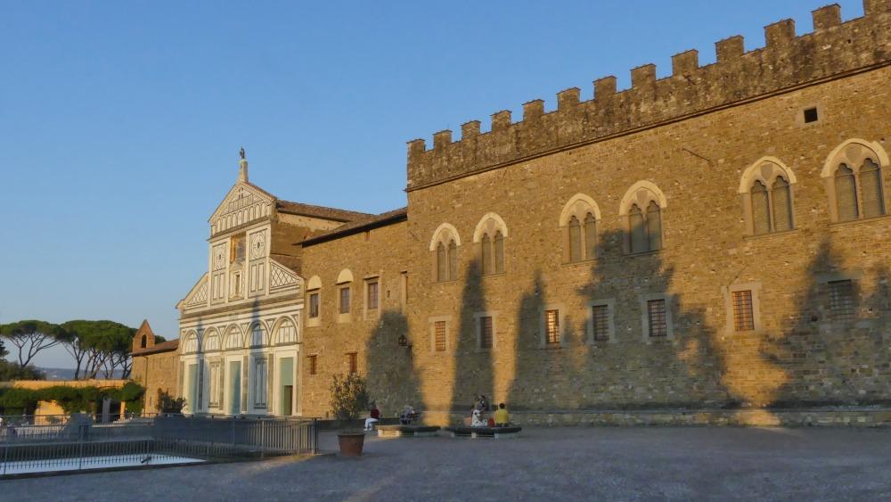 Kirche und Kloster im Abendlicht.