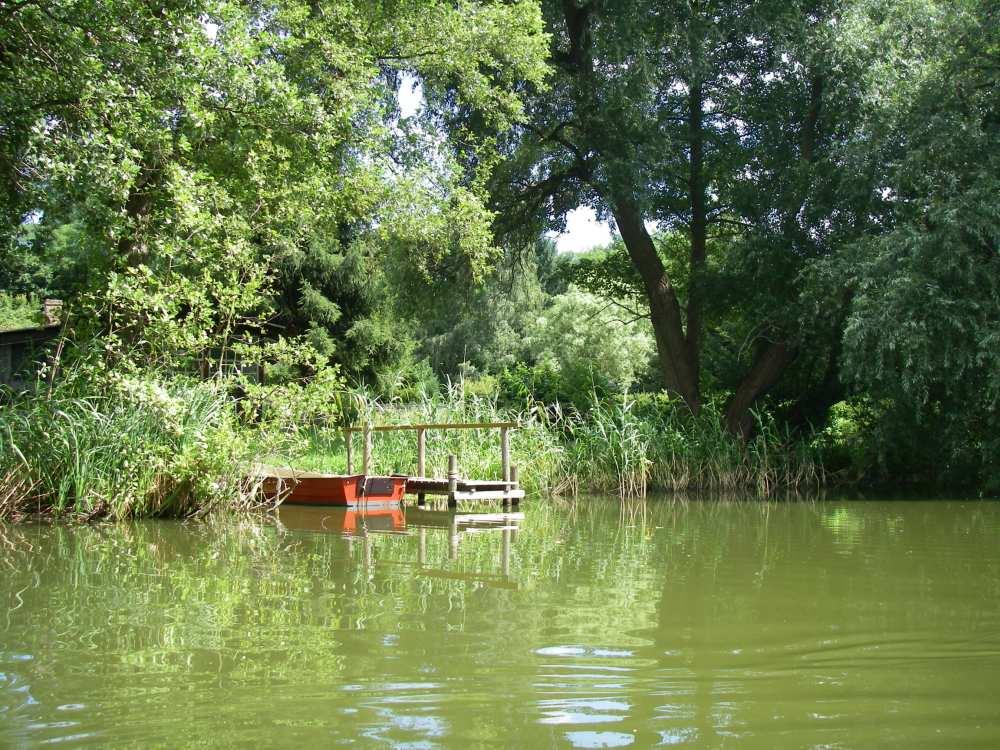 Anlegestege am Ufer des Kanals.