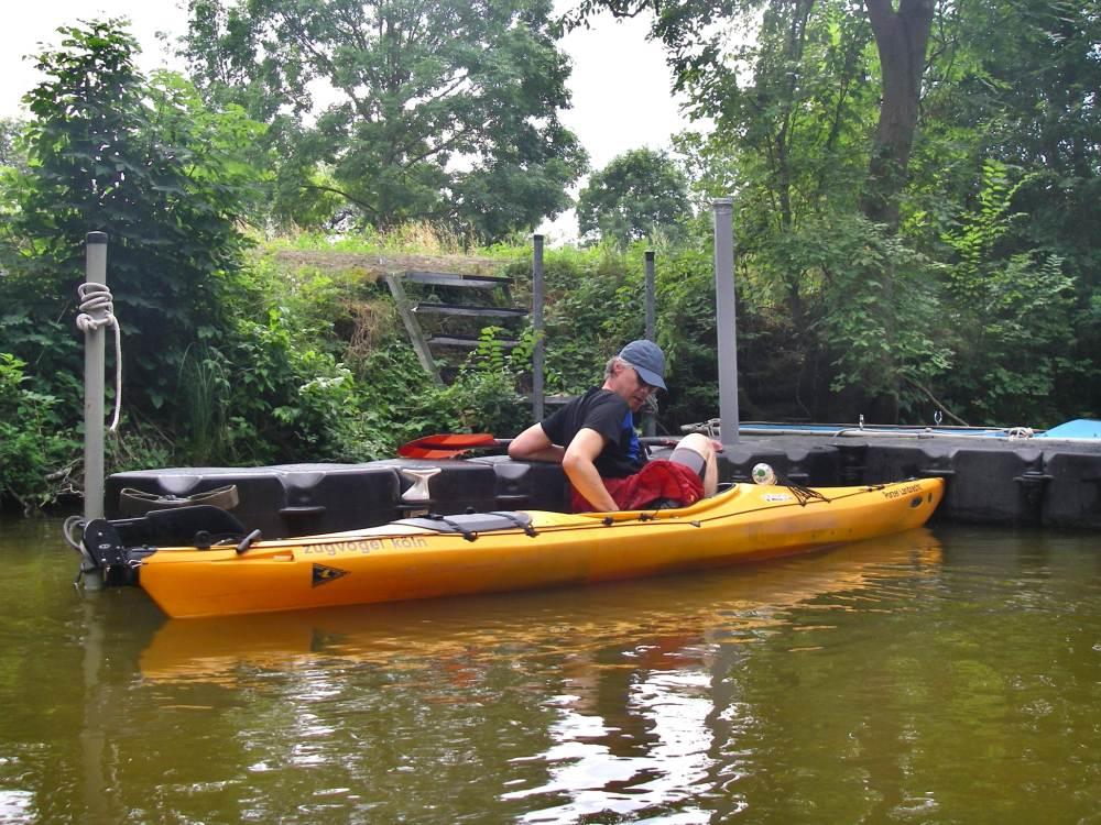 Marcus steigt am Steg ins Kanu.