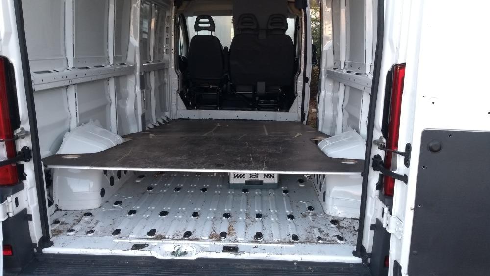 Blick von hinten in den Kastenwagen mit angehobener Bodenplatte.