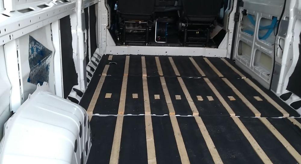 Der Boden ist durchgehend mit Latten und Armaflex beklebt.
