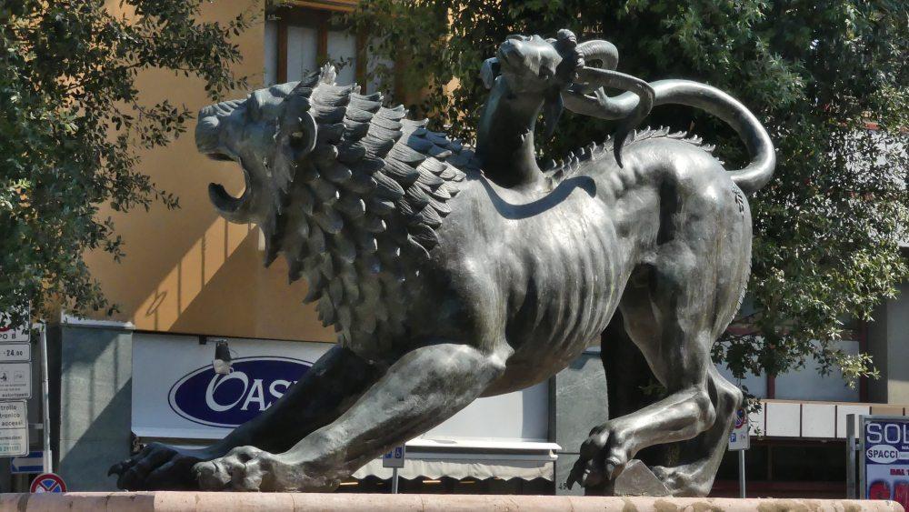 Bronzeskulptur eines Fabelwesens aus Löwe, Ziege und Schlange.