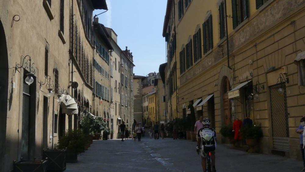 Straße in der Altstadt von Arezzo.