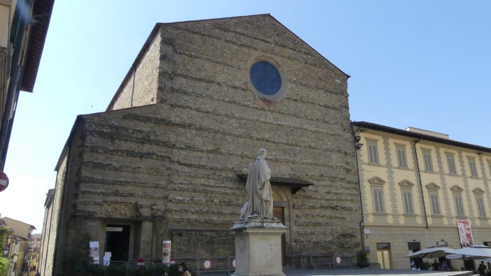 Schlichte Kirchenfassade.