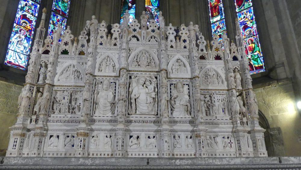 Altaraufsatz aus weißem Marmor.