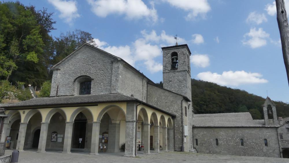 Kleine Klosterkirche aus grauem Stein.