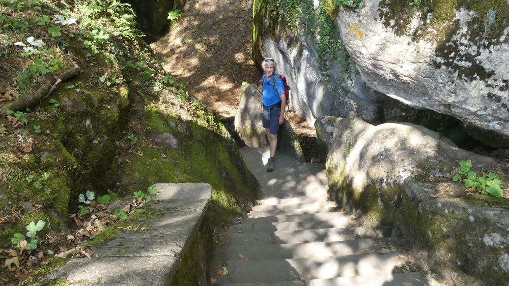 Marcus steht am Fuß einer steilen Treppe.