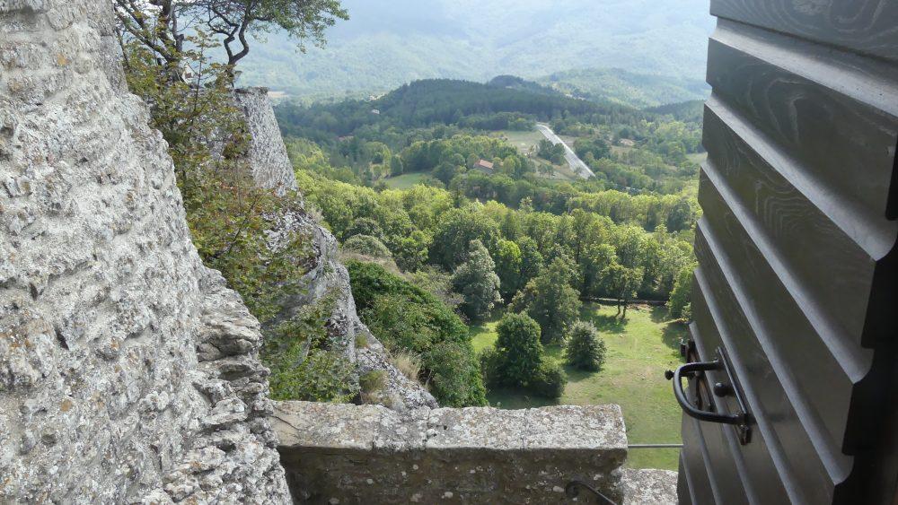 Steile Mauern des Klosters über dem Tal.