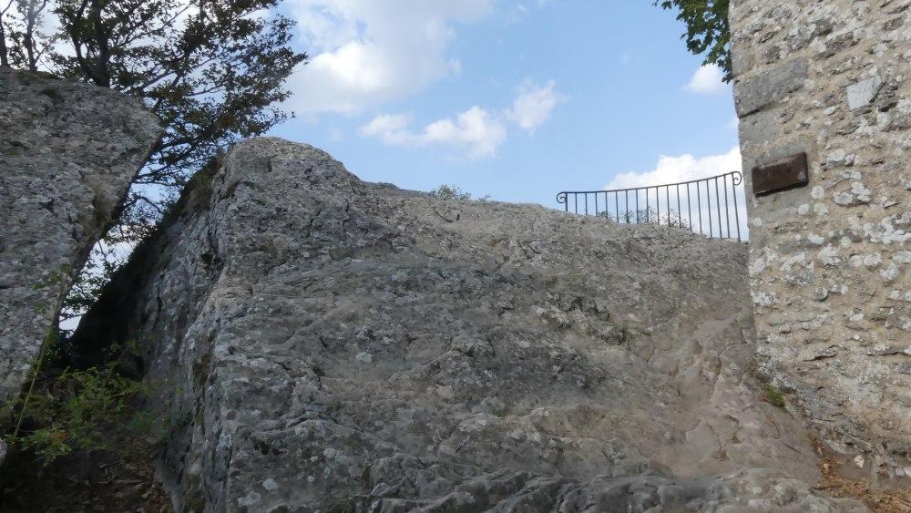Felsiger Gipfel mit Spalte im Fels.
