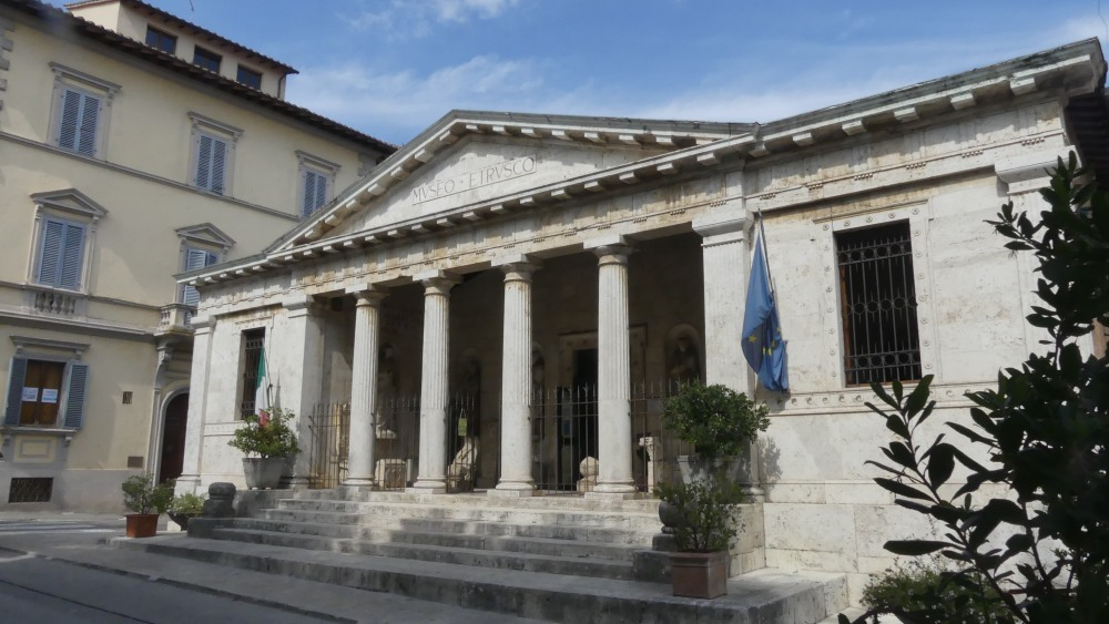 Museum mit Säulenfront und Dreiecksgiebel.