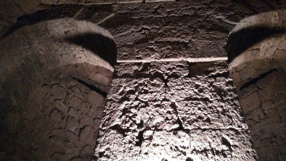 Steinmauer mit Doppelbogen.