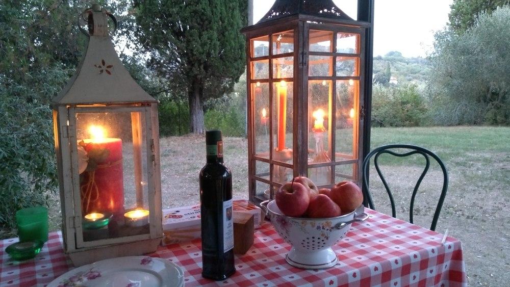 Tisch mit großen Laternen mit Kerzen.
