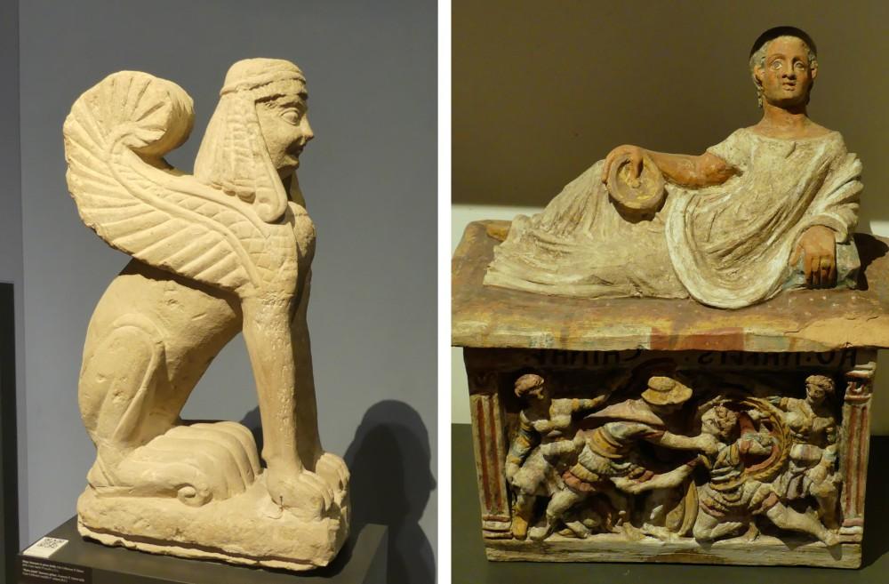 links Skulptur eines geflügelten Wesens, rechts kastenförmige etruskische Urne.