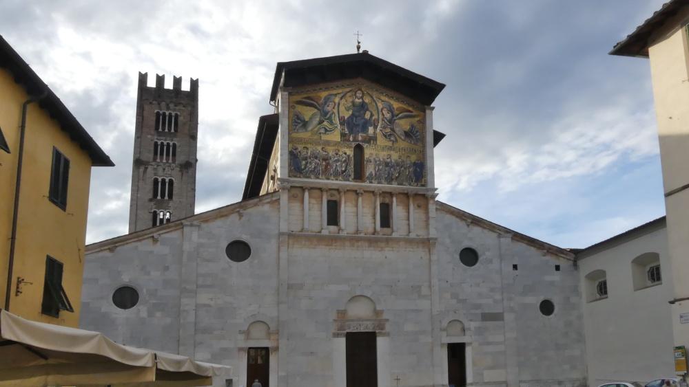 Schlichte Fassade mit Goldmosaik im oberen Giebel.