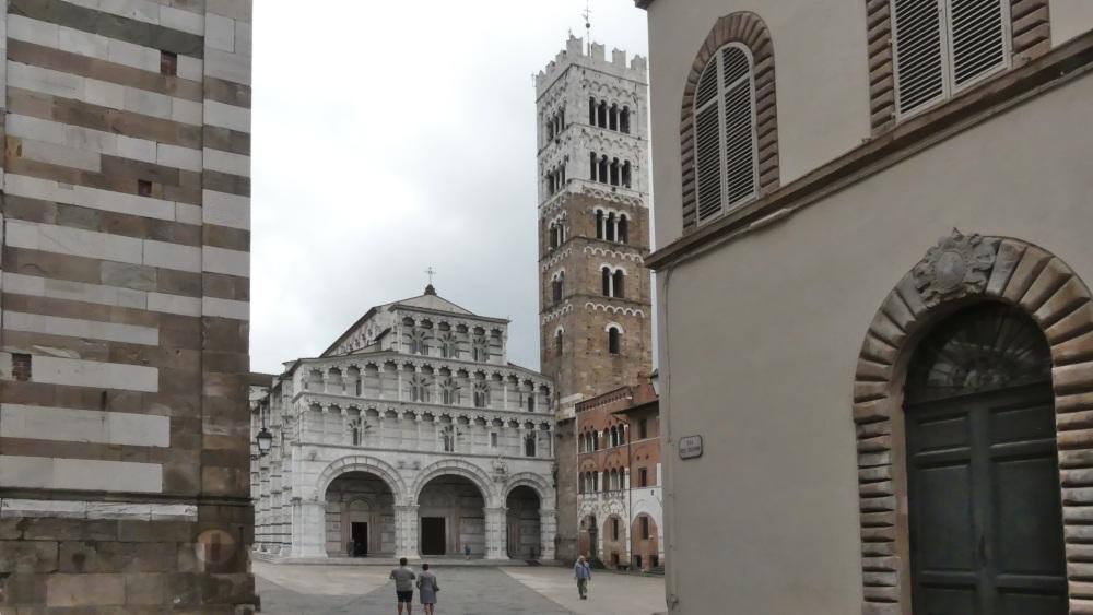 Fassade und Campanile des Doms von einer Seitengasse aus gesehen.