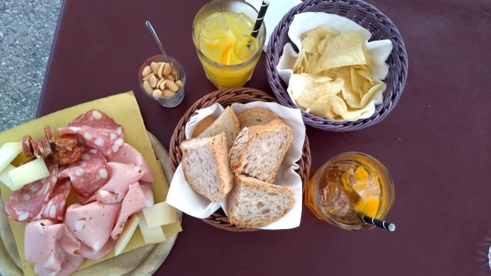 Getränke, Aufschnittplatte, Brot und Chips.