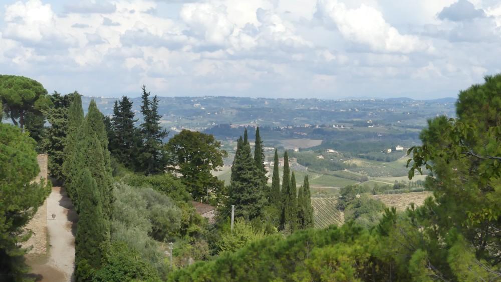Toskanische Landschaft mit Hügeln und Zypressen.