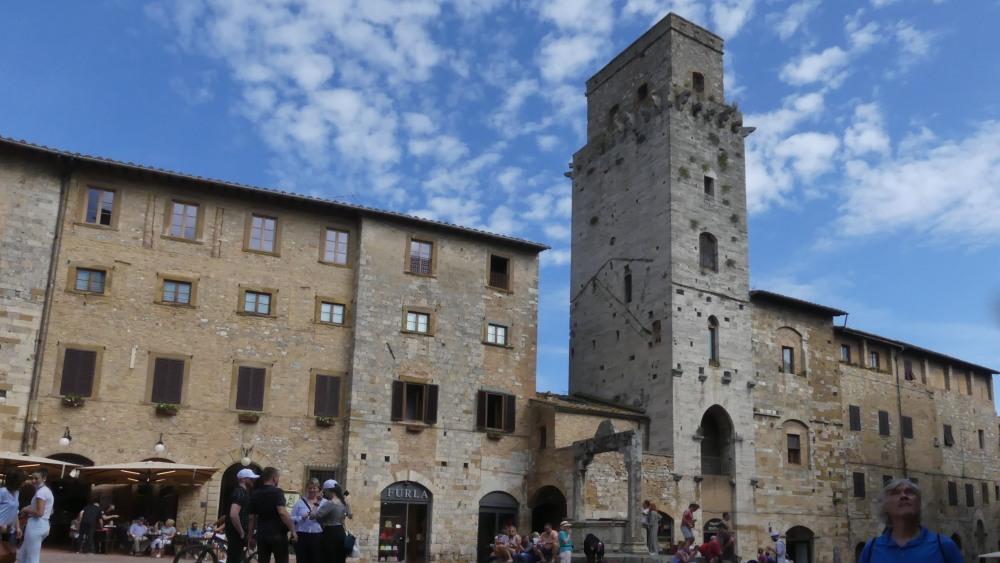 Piazza mit Wohnhäusern und Turm.