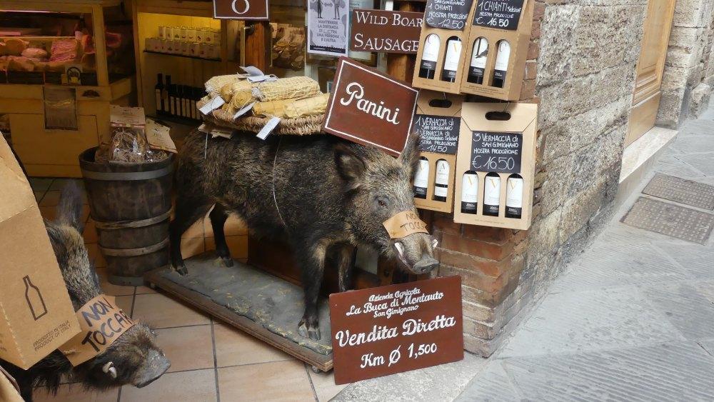 Lebensgroße Wildschweinatrappe an einem Laden.