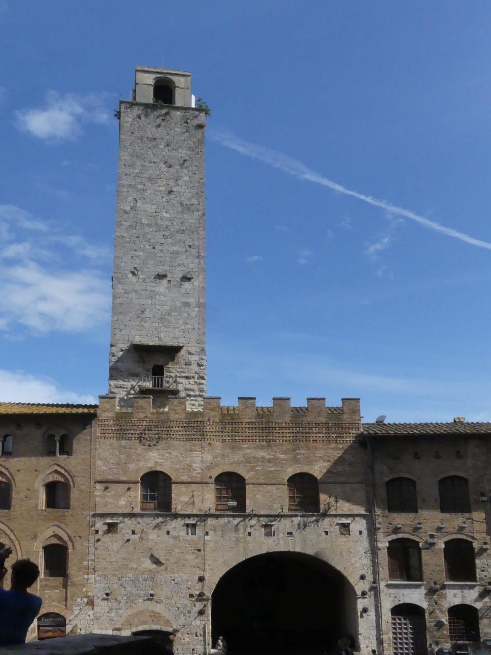 Palast mit großem Torbogen und hohem Turm.