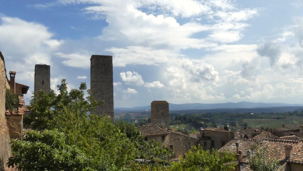 Blick über San Gimignano mit hohen Türmen.