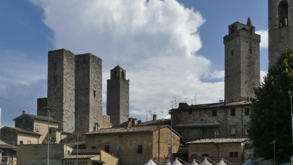 Mittelalterliche Wohntürme ragen aus Sam Gimignano auf.