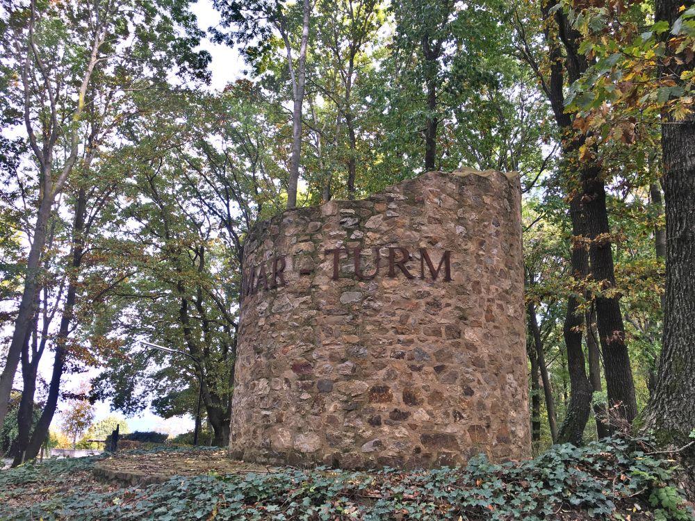 Ruine eines runden Turms.