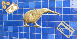 Goldener Kiwi auf blauer Kachelwand.